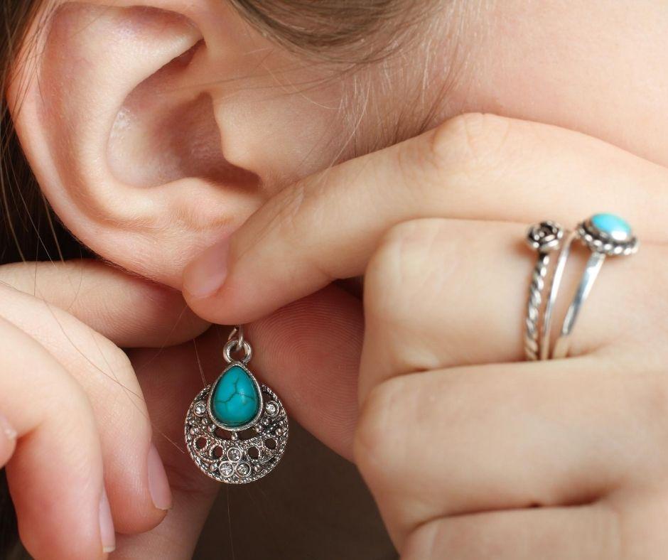 Jakie kolczyki wybrać na wrażliwe uszy?